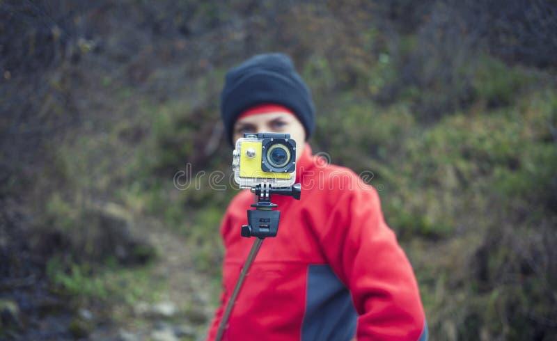 妇女拍摄他的冒险录影  免版税库存图片