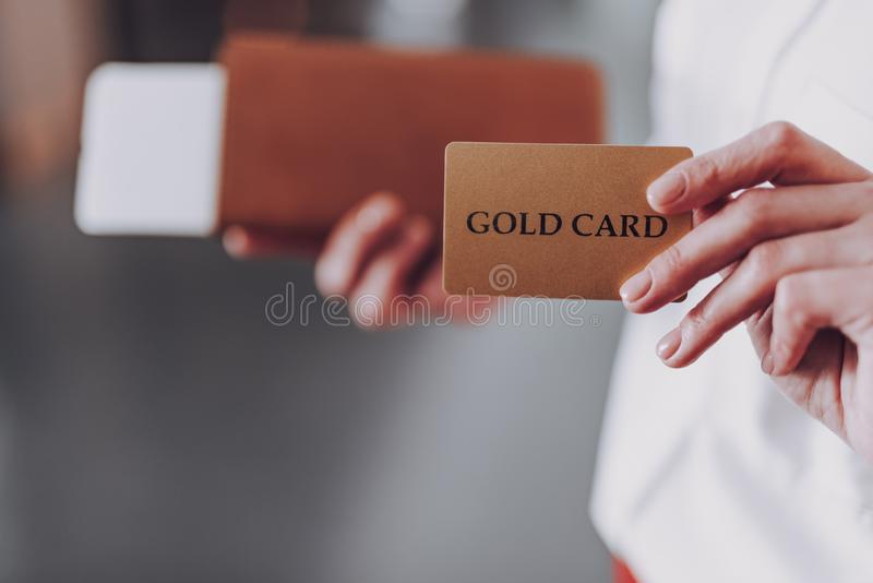 妇女拿着付款卡片和上的文件 免版税库存图片
