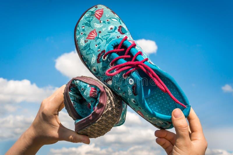 妇女拿着有灵活的脚底的赤足鞋子 免版税图库摄影