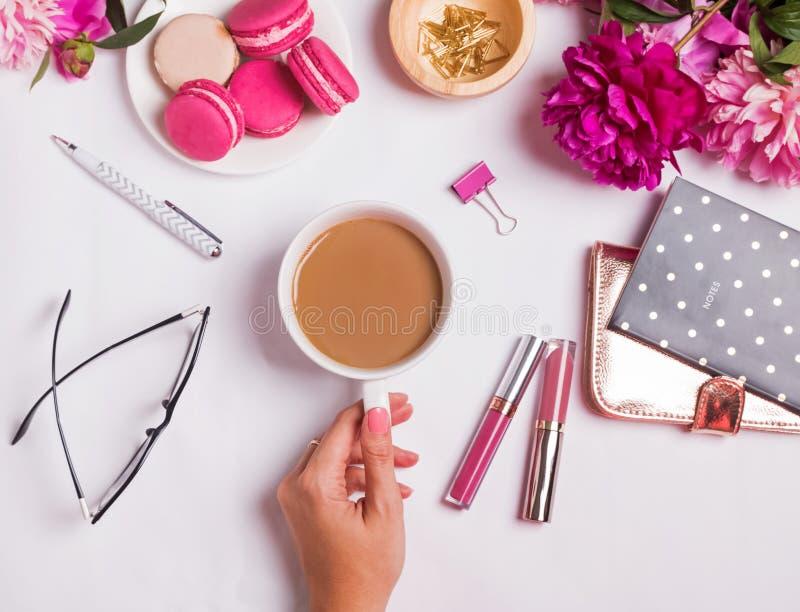 妇女拿着杯子用在桌上的咖啡的` s手以不同 图库摄影