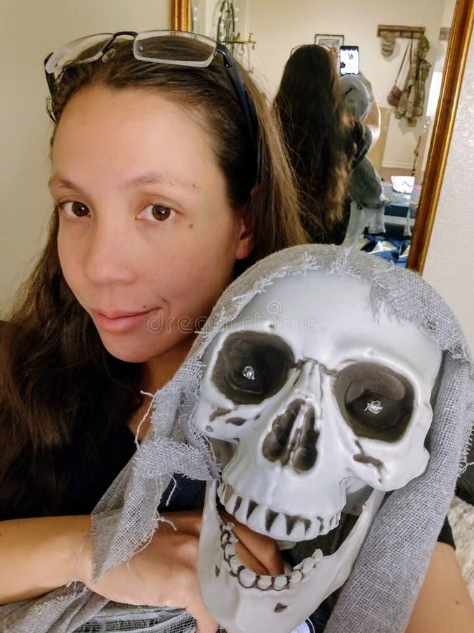 妇女拿着笑的食尸鬼最基本的装饰 图库摄影