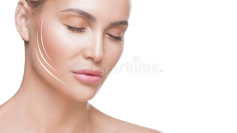 妇女接近的照片有闭合的眼睛和线的在面孔 整形概念 化妆用品做法 图库摄影