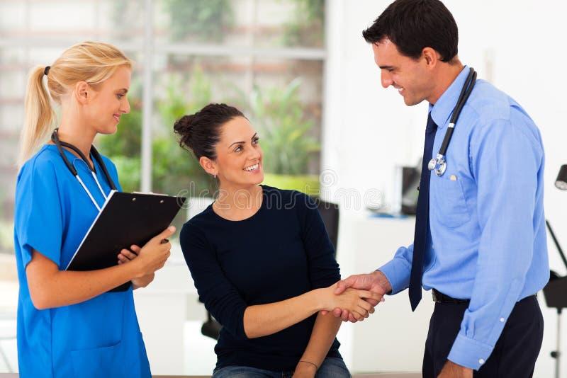 妇女握手医生 免版税库存图片