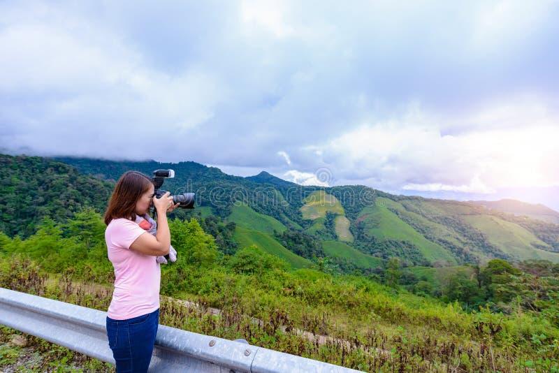 妇女摄影师射击风景 库存图片