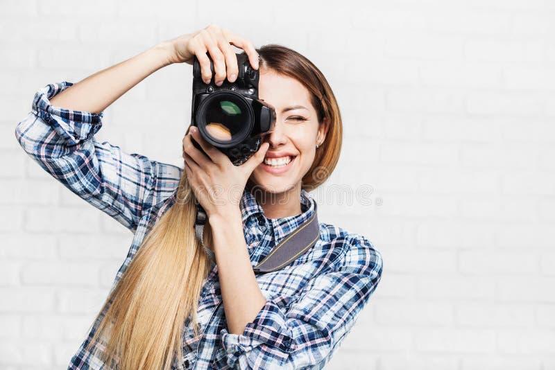 妇女摄影师采取与dslr照相机的图象 免版税库存图片