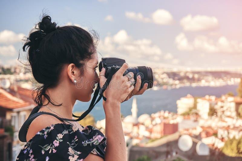妇女摄影师,为风景照相在老区在伊斯坦布尔 库存照片