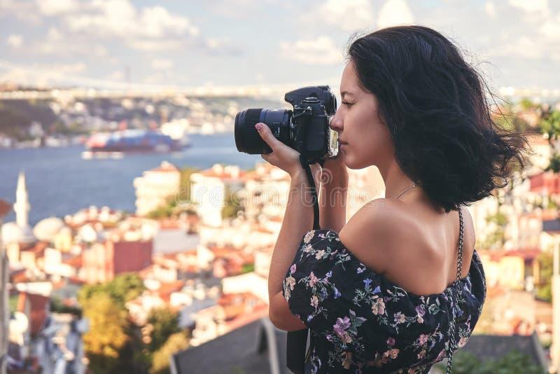 妇女摄影师,为风景照相在老区在伊斯坦布尔 图库摄影