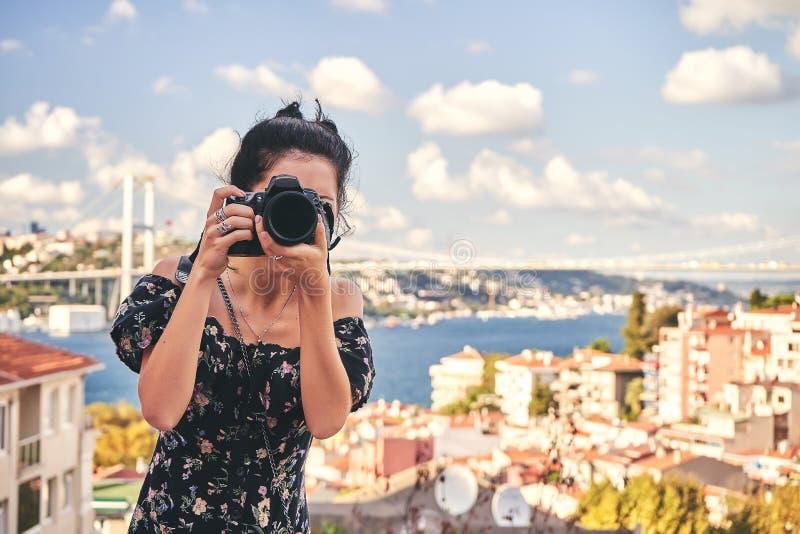 妇女摄影师,为风景照相在老区在伊斯坦布尔 免版税库存照片