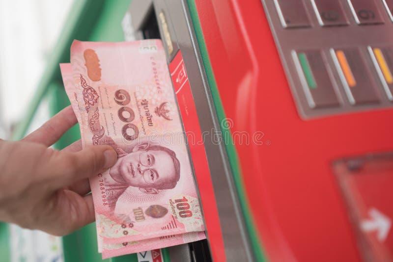 妇女撤出从ATM的现金 库存图片