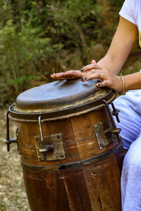 妇女播放鼓的打击乐演奏者手 库存照片