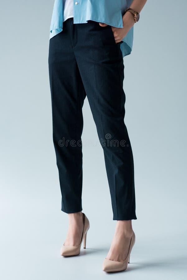 妇女播种的射击时髦的裤子和高跟鞋的 免版税库存图片