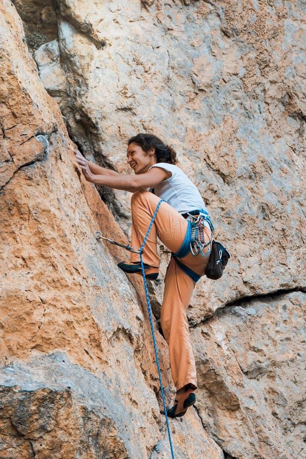 妇女攀登山 免版税库存照片