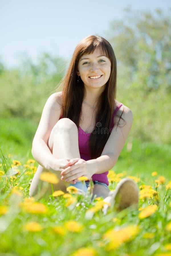 妇女放松室外在草 库存照片