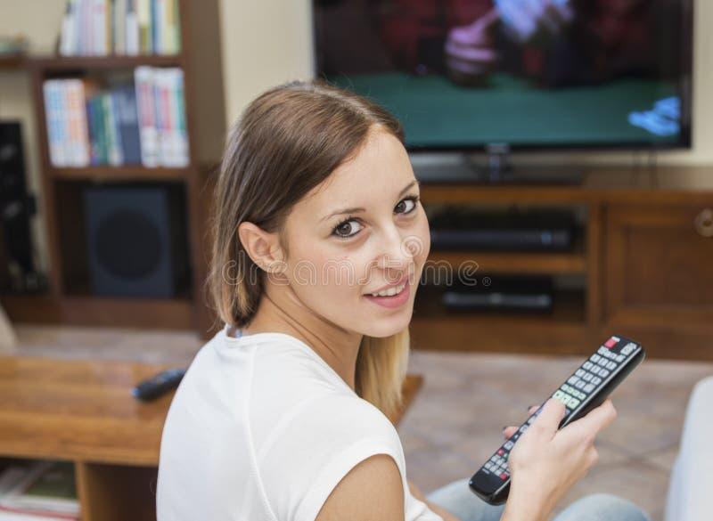 妇女放松电视 免版税库存照片