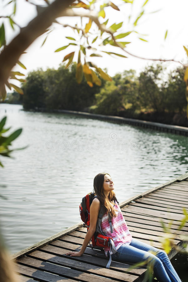 妇女放松自然假期旅行癖概念 免版税图库摄影