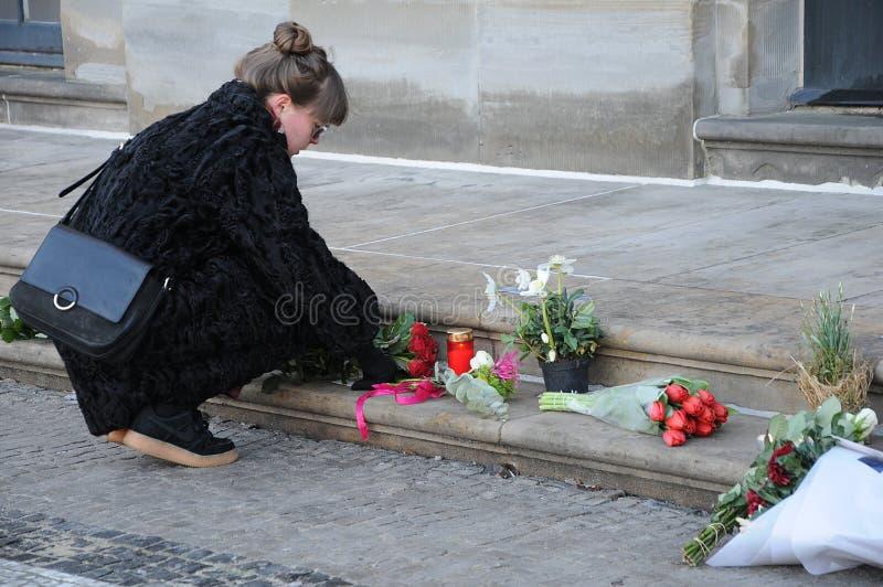 妇女放置FLOWRES _PRINCE HERNIK昨晚死了 库存图片