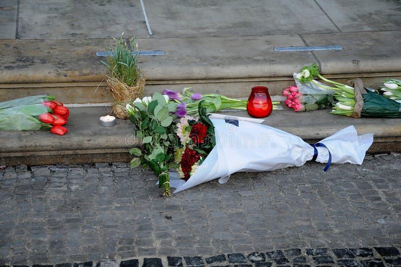 妇女放置FLOWRES _PRINCE HERNIK昨晚死了 免版税库存图片