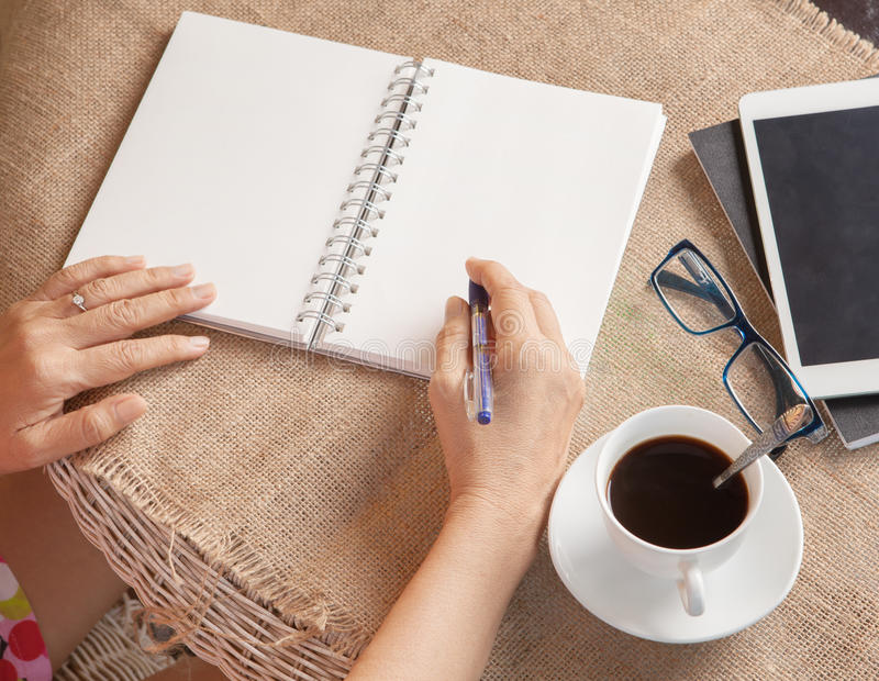 妇女文字射击了关于白皮书的记忆笔记与松弛钛 免版税库存图片
