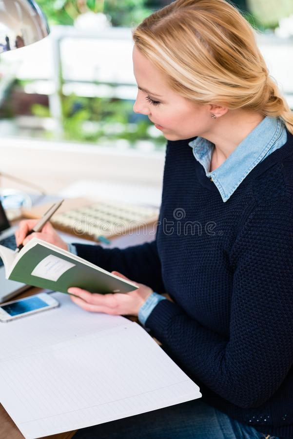 妇女文字的特写镜头 免版税库存照片