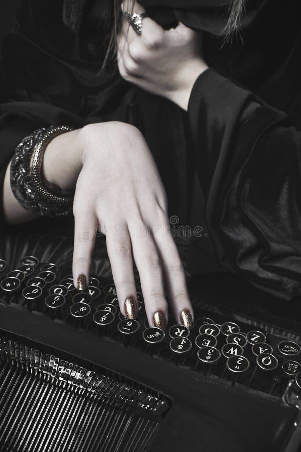 妇女文字的现有量在打字机的 免版税图库摄影