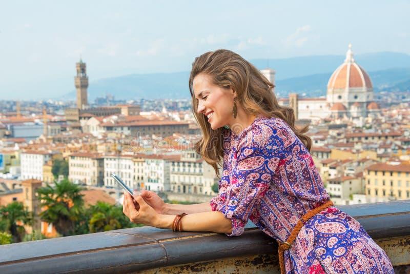 妇女文字sms在佛罗伦萨,意大利 免版税库存照片