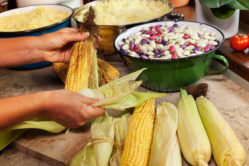 妇女新鲜农产品为烹调或处理做准备 免版税图库摄影