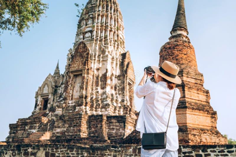 妇女旅客在阿尤特拉利夫雷斯历史公园采取atcient柴瓦塔那兰寺佛教寺庙phoot,泰国城市 免版税图库摄影