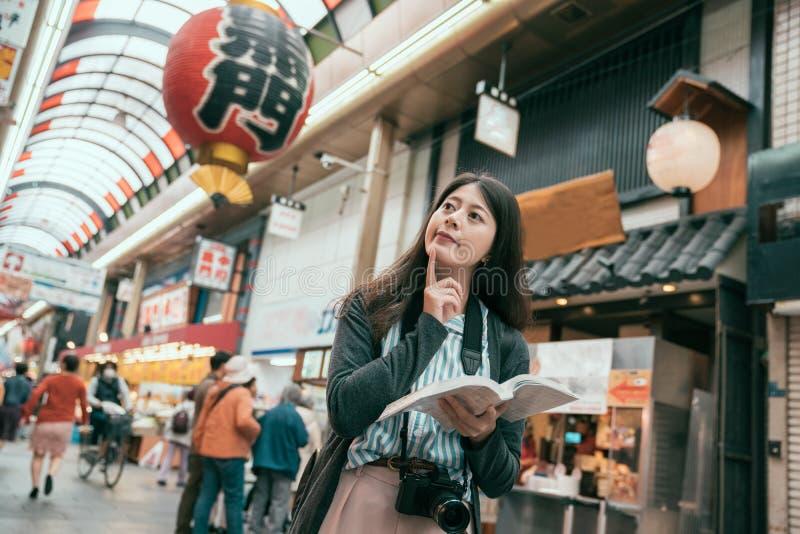 妇女旅客藏品指南旅行在日本 免版税库存照片