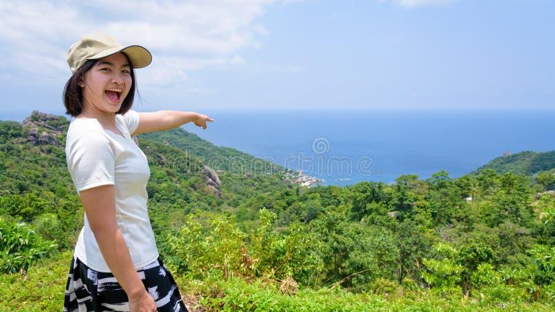 妇女旅游在观点在酸值陶 免版税库存图片