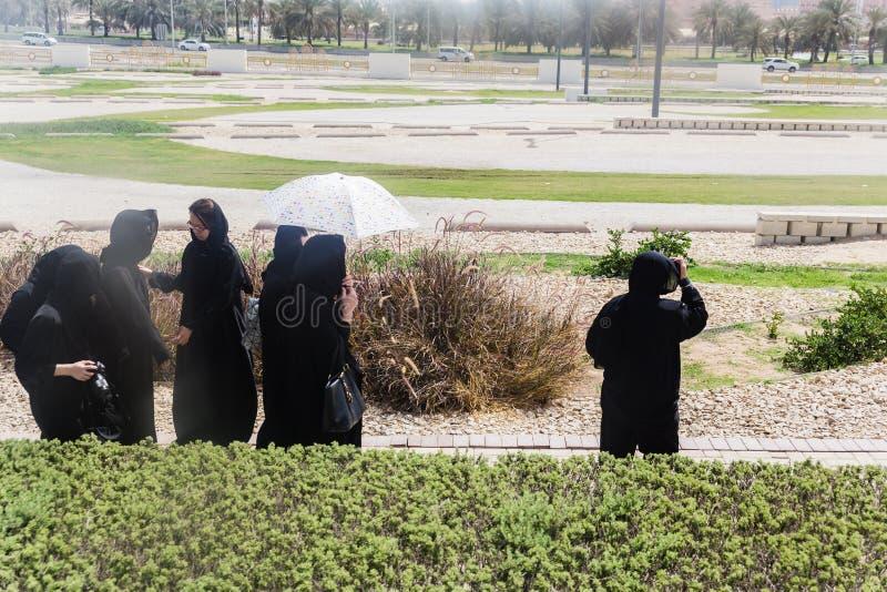 妇女旅游穿戴Abaya前面在回教族长扎耶德Mosque输入 免版税图库摄影