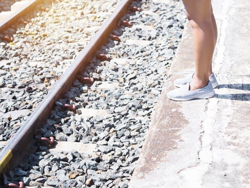 妇女旅游腿身分和等待在平台的火车 库存图片