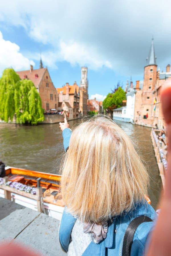 妇女旅游观光的布鲁日,比利时 免版税库存照片