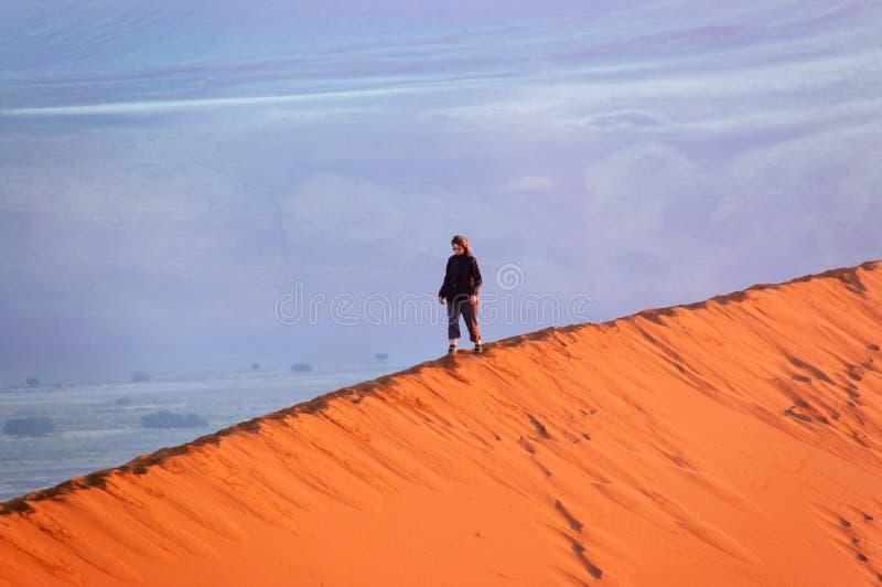 妇女旅游走在它上面沙丘在纳米比亚沙漠,假日旅行在非洲,纳米比亚 库存图片