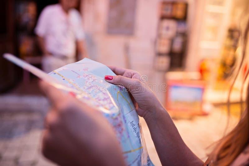 妇女旅游读书地图 图库摄影