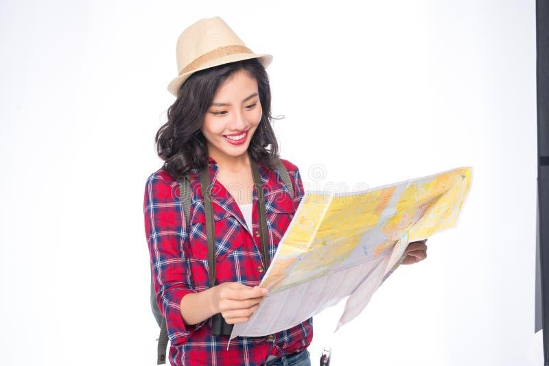 妇女旅行 年轻美丽的亚裔妇女旅客观看的地图 免版税库存图片