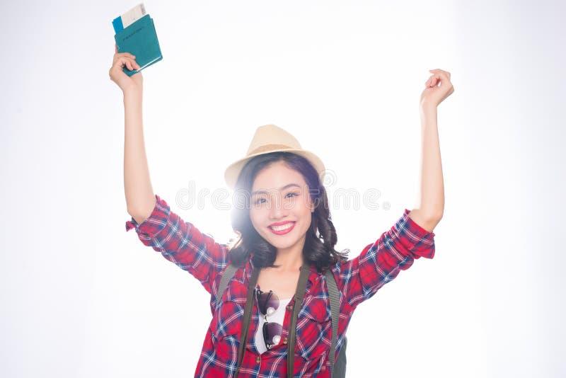 妇女旅行 拿着passp的年轻美丽的亚裔妇女旅客 库存照片