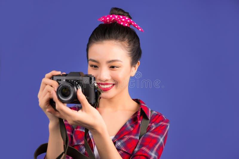 妇女旅行 采取pictur的年轻美丽的亚裔妇女旅客 免版税图库摄影