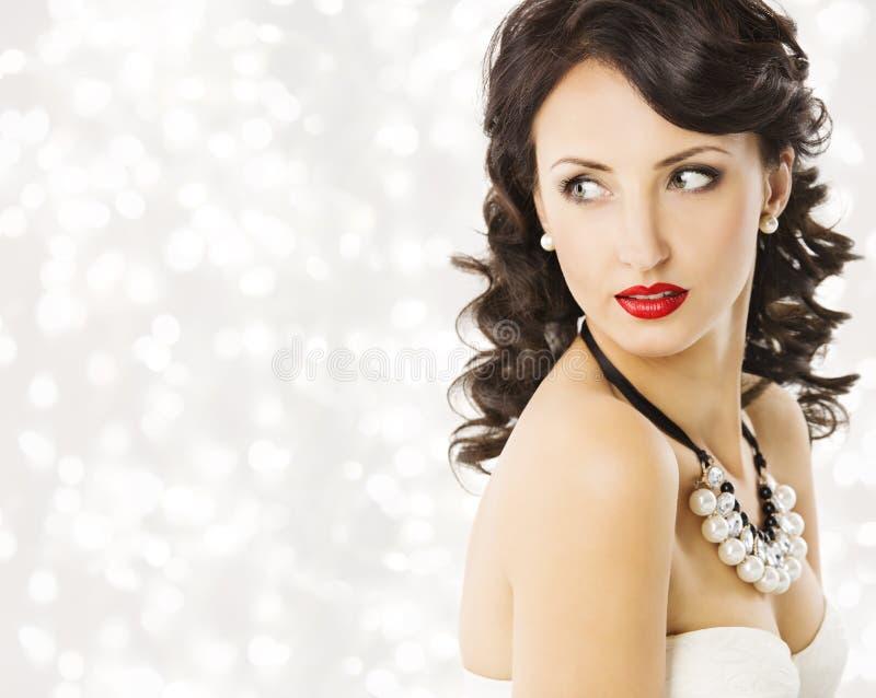 妇女时尚秀丽画象,豪华夫人Pearl Jewelry 库存图片