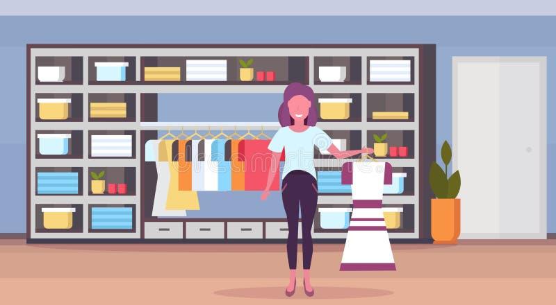 妇女时尚精品店所有者藏品礼服她的大商店女性衣裳购物中心内部的女孩企业家 向量例证