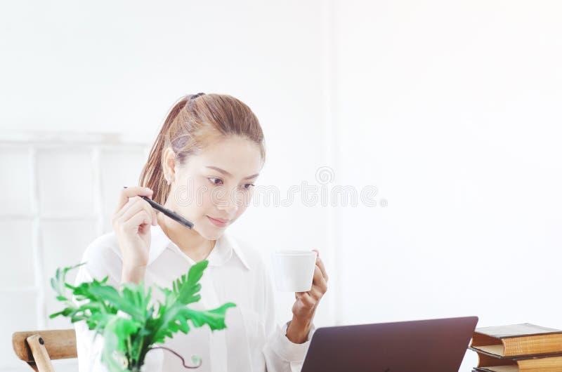 妇女是工作和愉快的 免版税库存图片