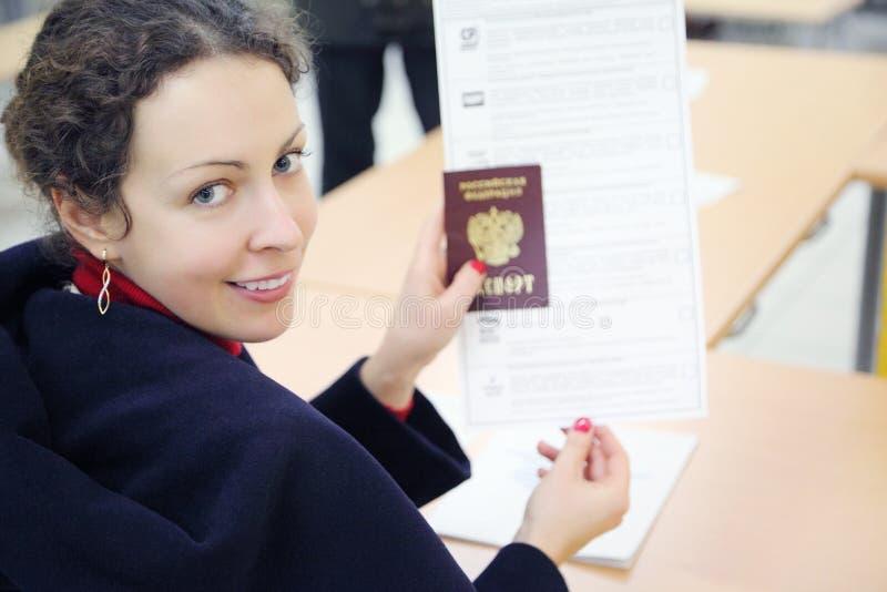 妇女显示护照和选票 图库摄影