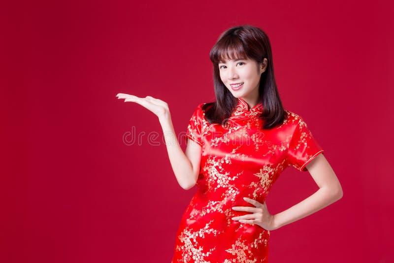 妇女显示某事与cheongsam 库存图片