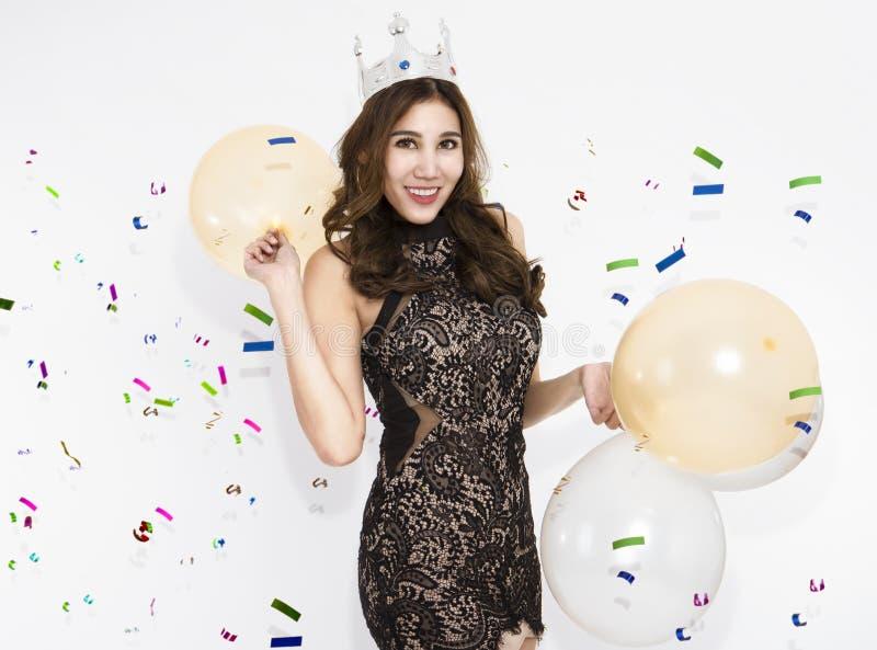 妇女有乐趣和享受在新年快乐党 免版税库存图片