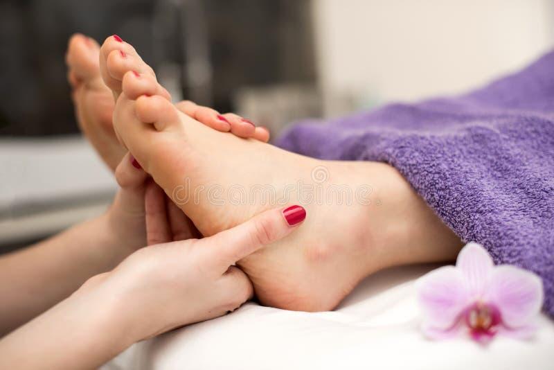 妇女有修脚治疗在温泉或美容院与 免版税库存照片