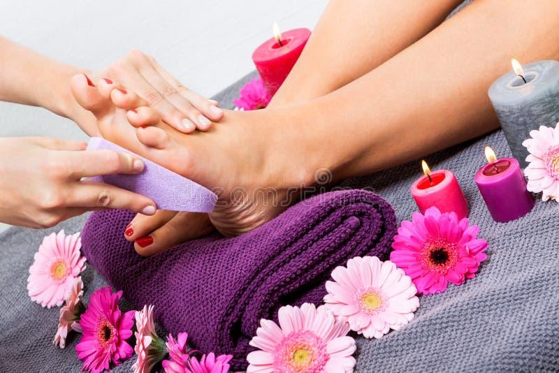 妇女有修脚治疗在温泉 库存照片