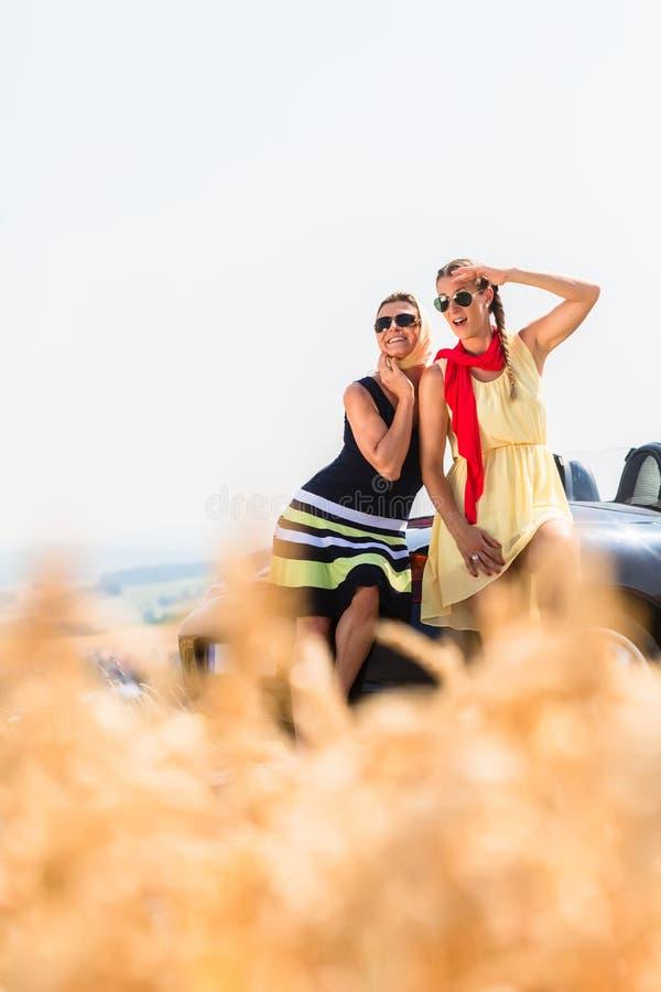 妇女有兜风在有敞篷车的汽车休息 免版税图库摄影
