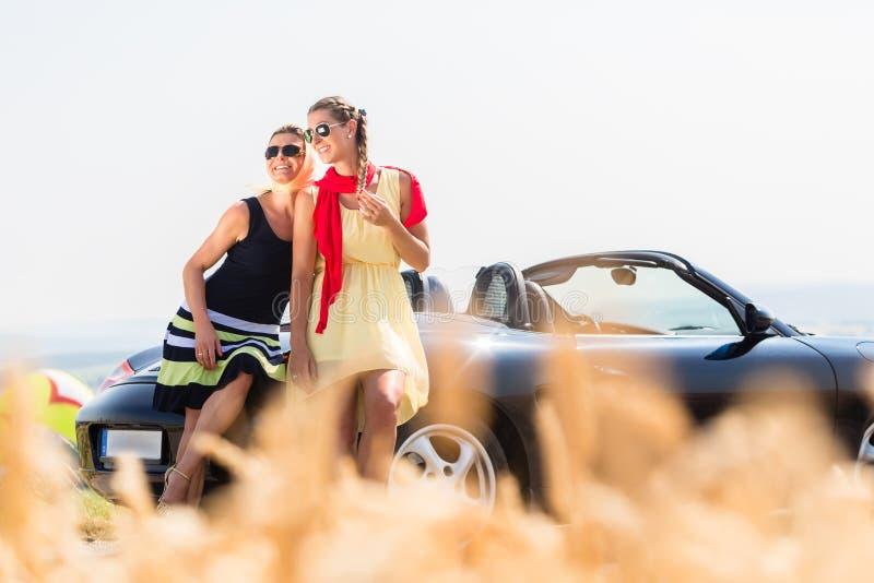 妇女有兜风在有敞篷车的汽车休息 免版税库存照片