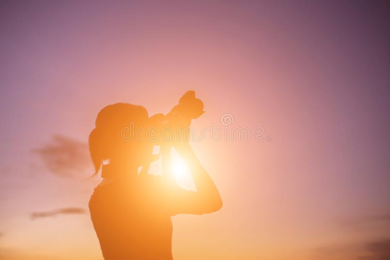 妇女有数码相机的自然摄影师 库存图片