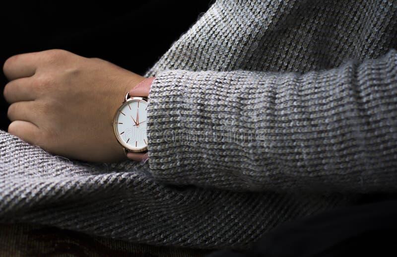 妇女有显示时间15:30的桃红色时钟的` s手 库存图片