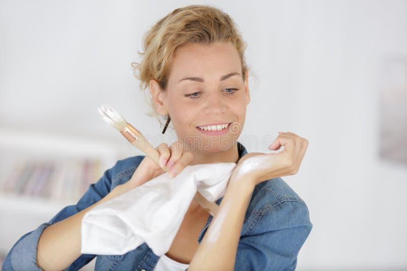 妇女有湿抹的清洁手 免版税图库摄影